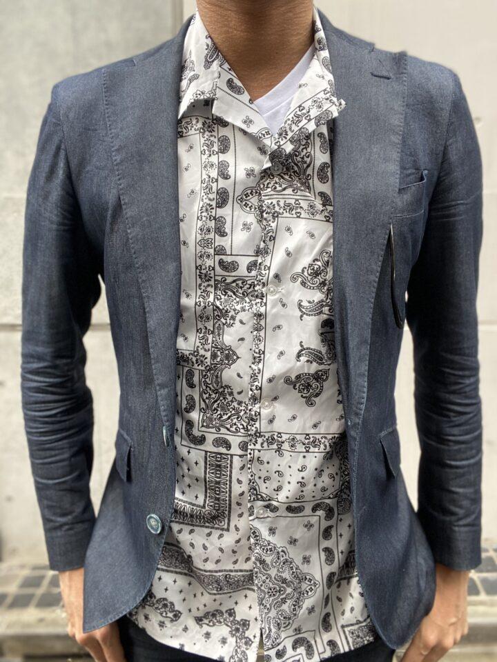 同じく開襟シャツの下にチラッと見える白が爽やか!