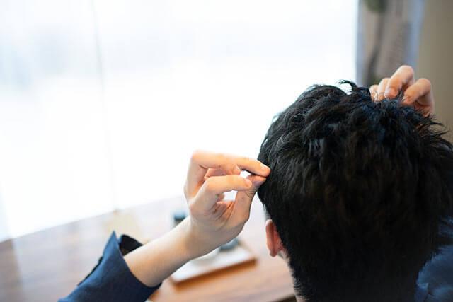 髪型を整える